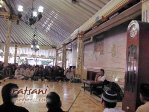 Suasana kajian menjelang buka puasa di serambi Masjid Gedhe Kauman Yogyakarta.